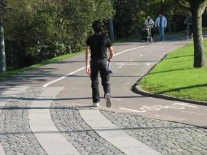 Bältesspännarparken, gående leds till cykelbanan