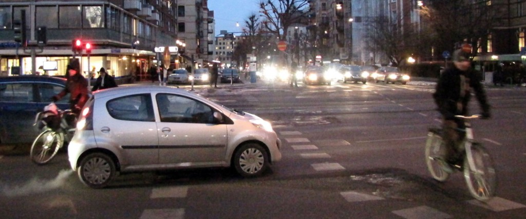 Bil på Berzeliigatans cykelöverfart