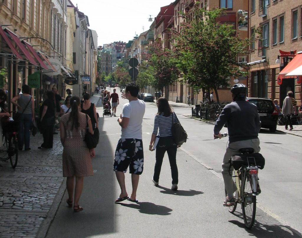 Landsvägsgatan, gående på cykelbana