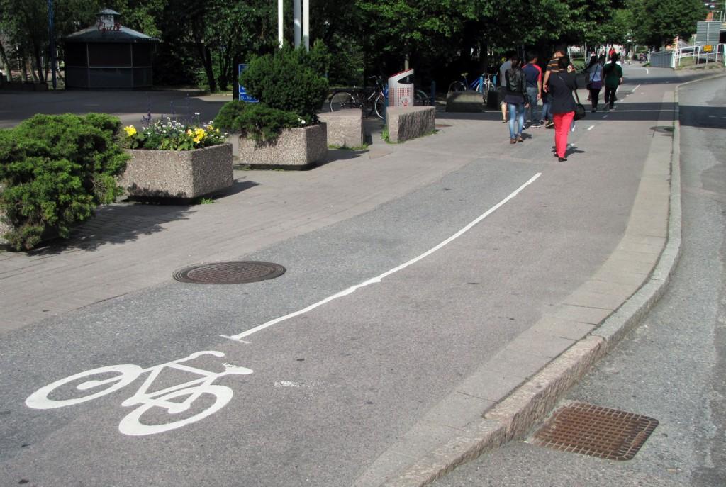 Hur gående tolkar mittlinjen vid Örgrytevägen i Göteborg
