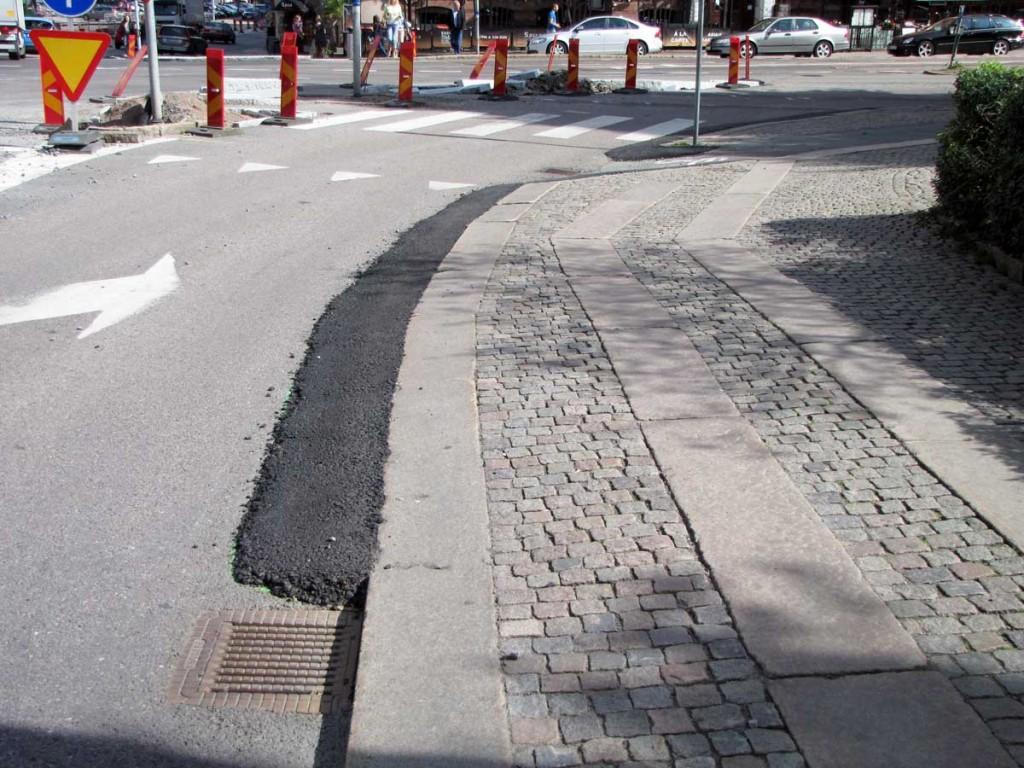 Asfaltcigarr där Engelbrektsgatan korsar Södra vägen