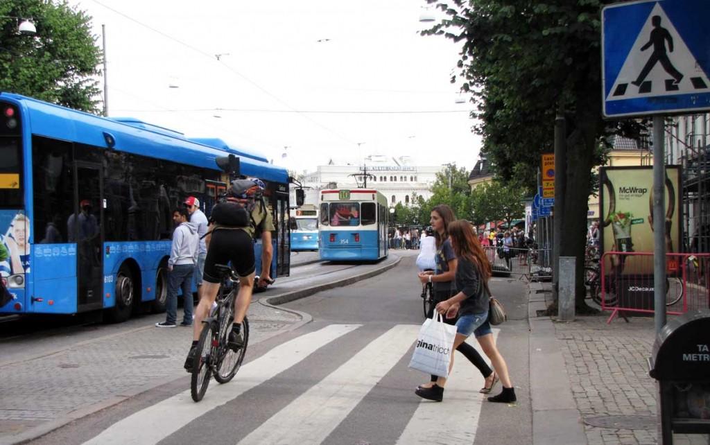 Cyklist lämnar plats på övergångsställe
