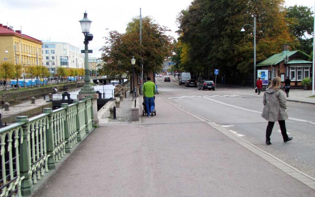 Slussgatans gångbana till själva slussen