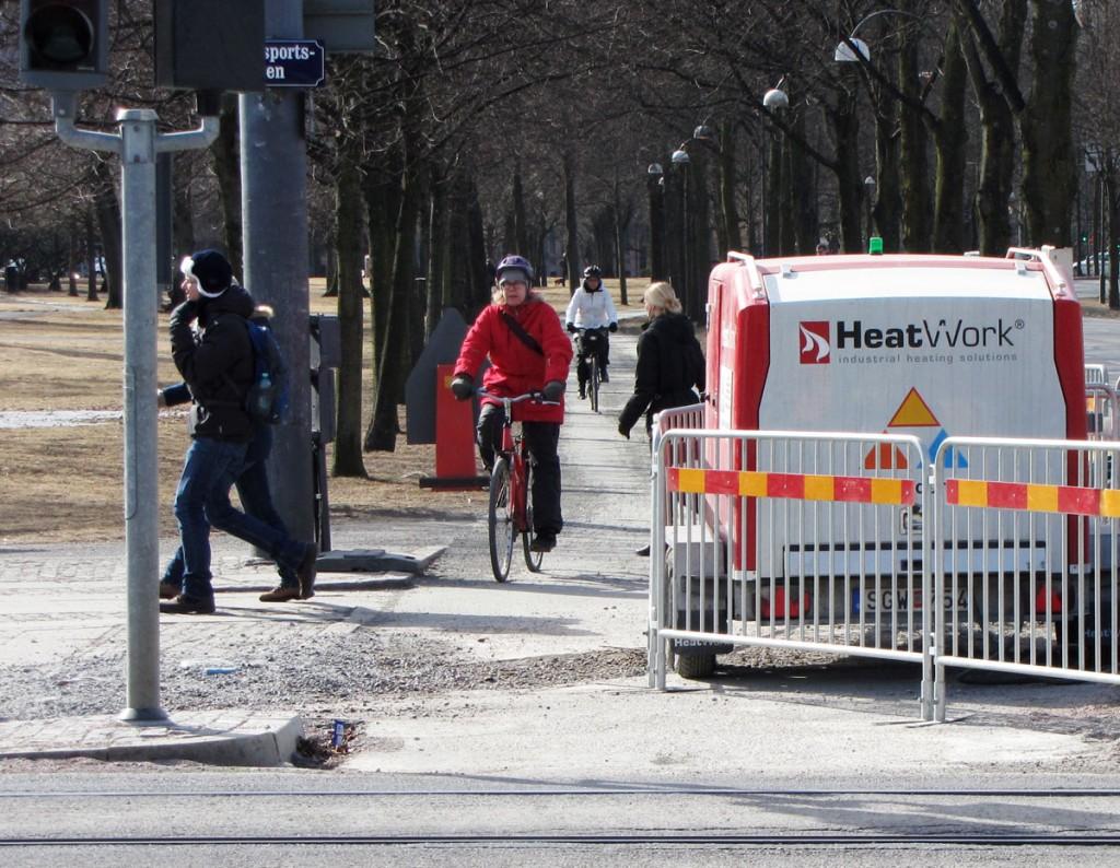 Grävd cykelbana korsar Avenyn