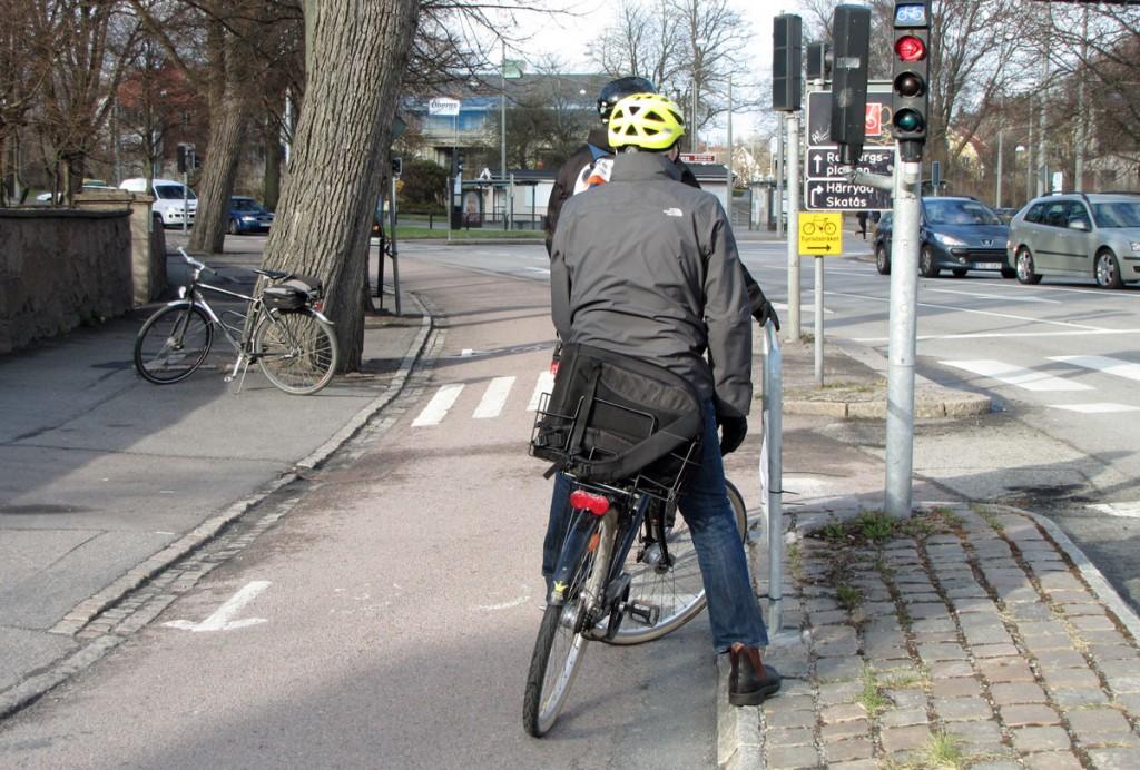 Två cyklister vid stödräcket