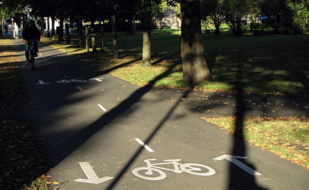 Två cykelsymboler i Alle-korsning