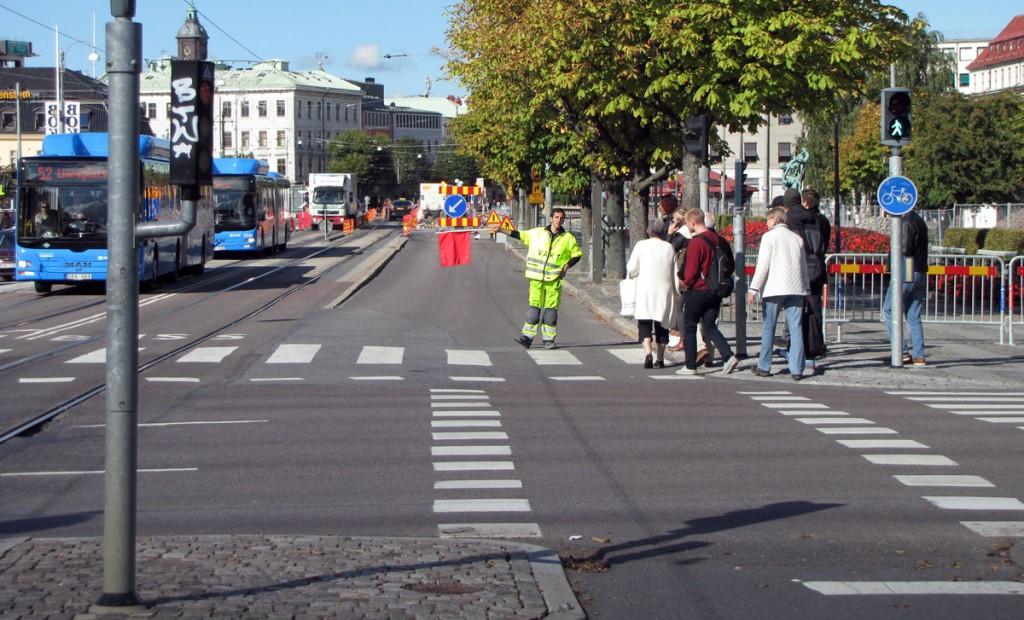 Flaggman omdirigerar före Kungsportsbron