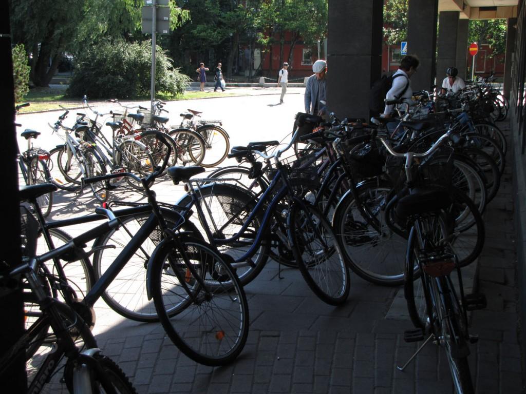 Tät cykelparkering utanför Focus