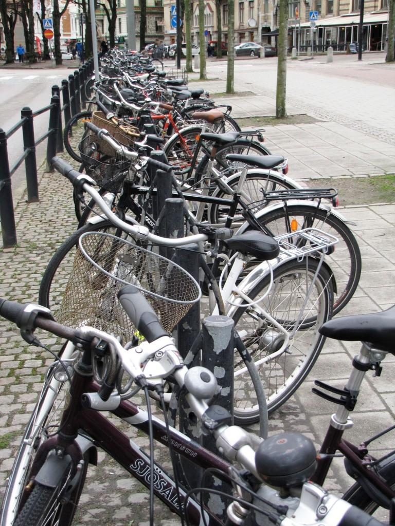 Tät cykelparkering vid Kurs- och tidningsbiblioteket