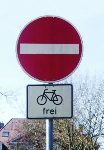 Stina Bergströms bild på skylten Cykla mot enkelriktat i Freiburg