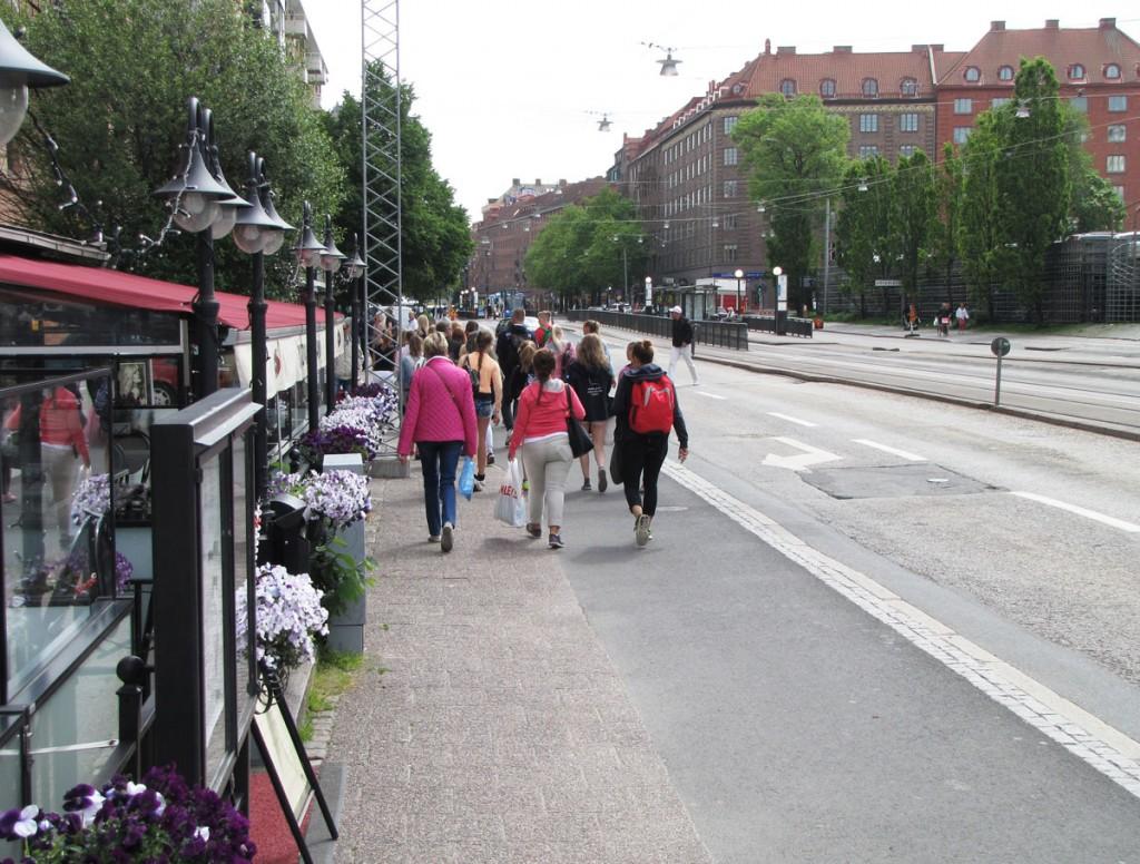 Många gående vid Södra Vägen 2