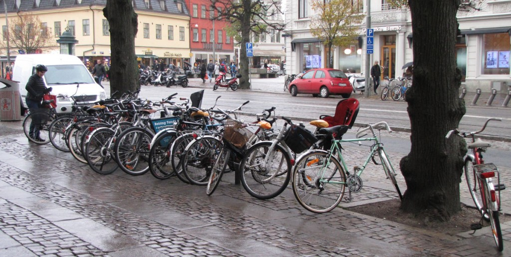 Överfull cykelparkering vid Kungsportsplatsen
