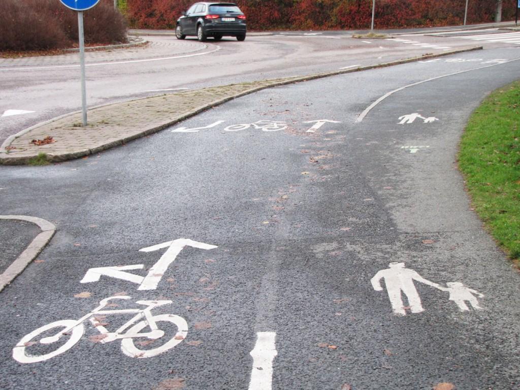 Linje, lucka, kantsten på Danska Vägens cykelbana