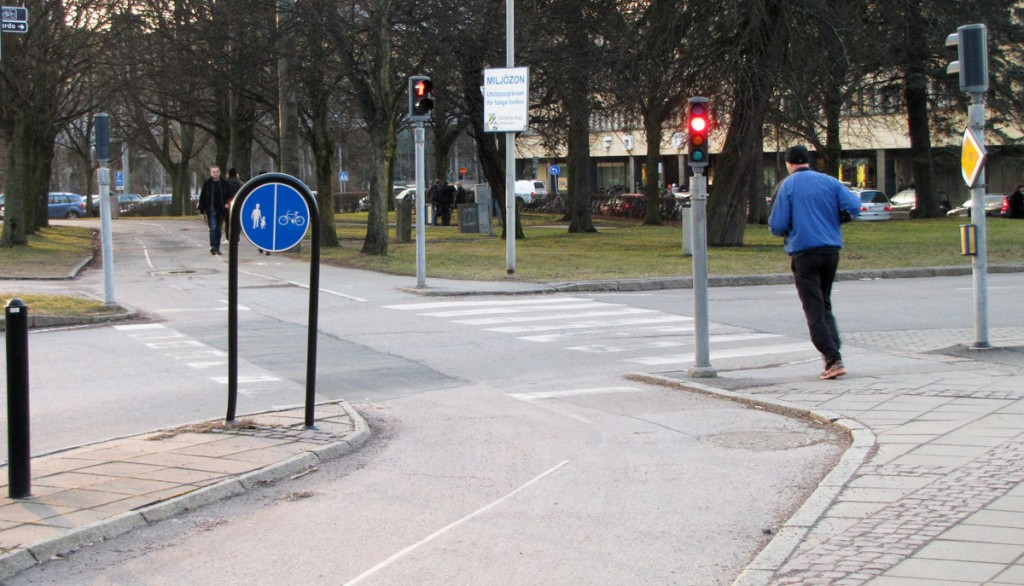 Tokig GC-skylt på Örgrytevägen x Fabriksgatan