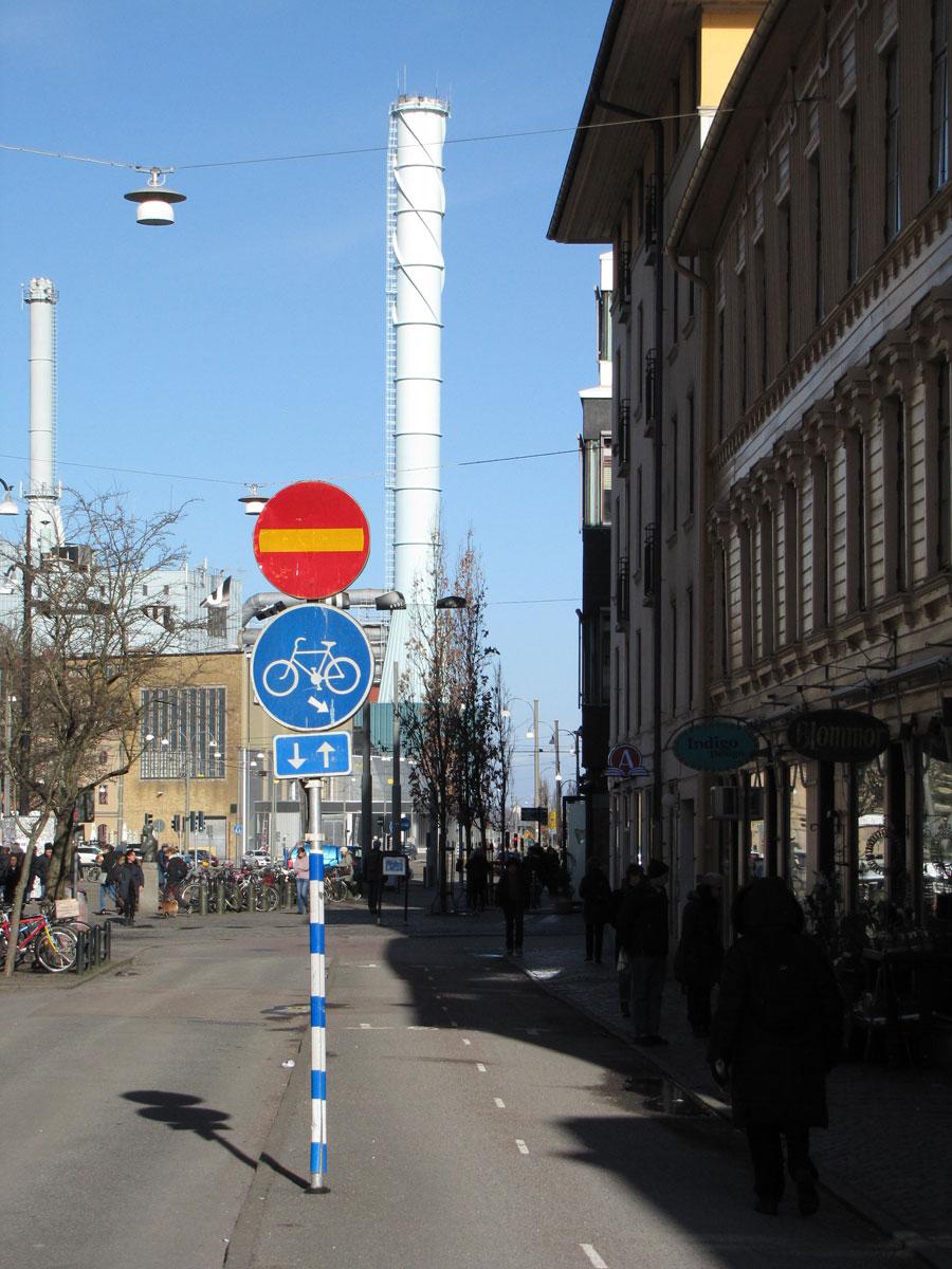 Landsvägsgatans cykelbaneskylt med pil