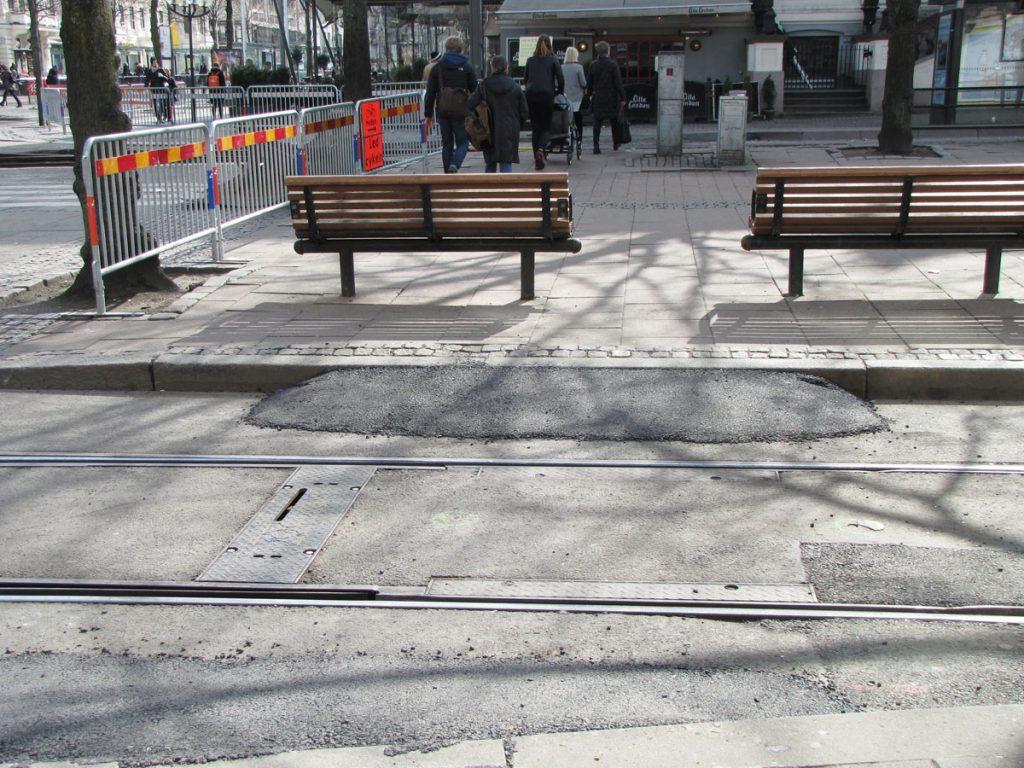 Omledning Avenyn-Valand, nålsöga mellan parkbänkar