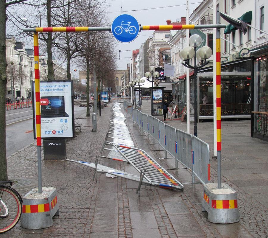 Kravallstaketet har ramlat ner över hela cykelbanan