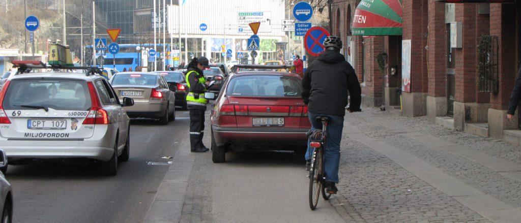 Bilar och cykelbanor