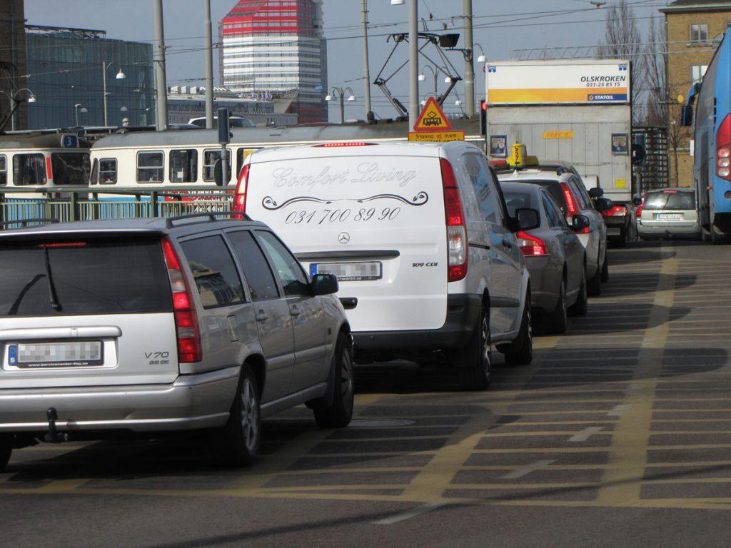 Bilar och kollektivtrafik blockerar stan