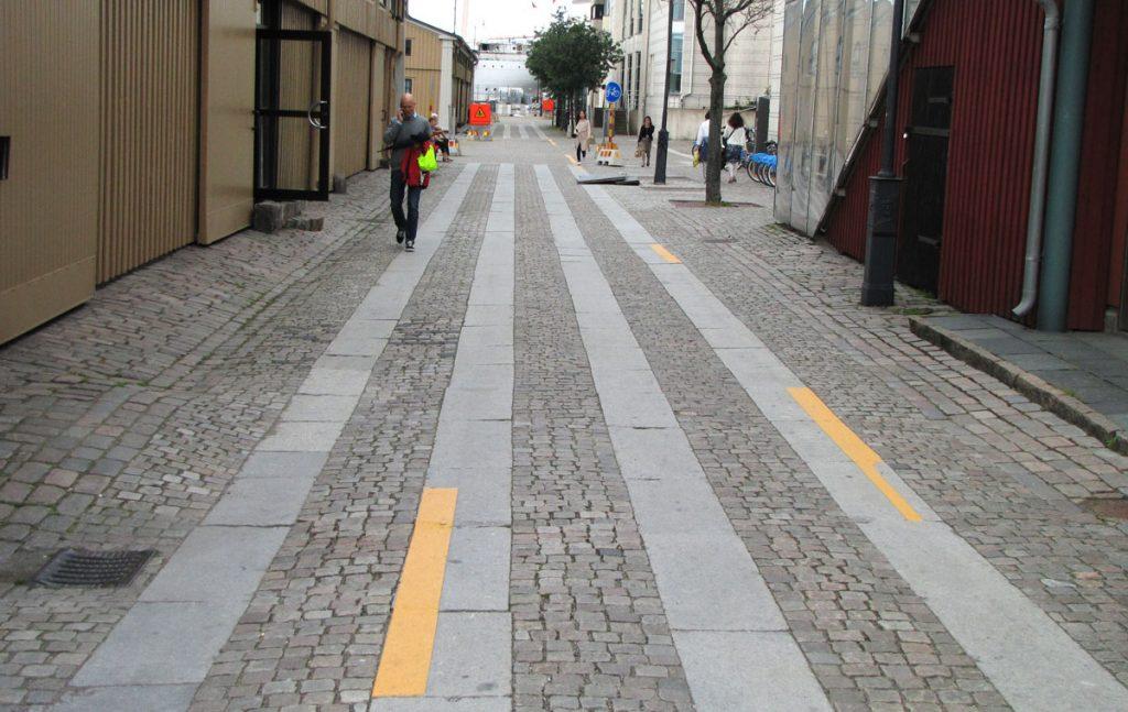 De gula remsorna kring cykelbanan är nu borta