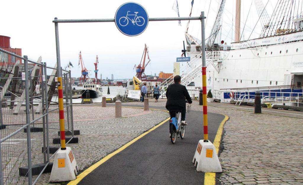Tydlig cykelportal vid barken Viking