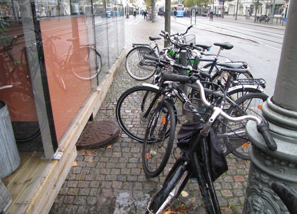 Trängd cykelparkering vid Kristinelundsgatan