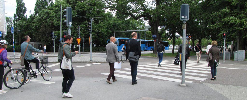 Gående och cyklister mot rött vid Södra Vägen x Parkgatan