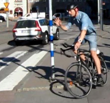 Cyklist tackar bilist