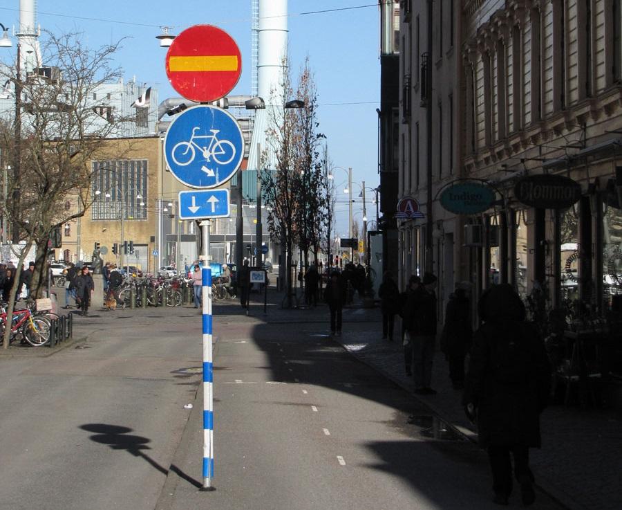 Landsvägsgatans cykelskylt med pil