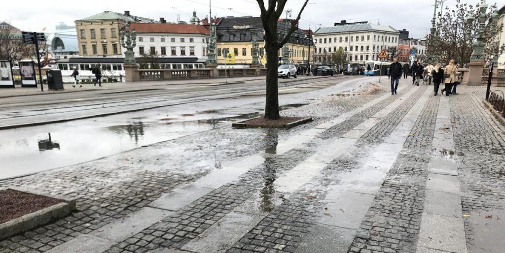 Nedstänkt trottoar på Avenyn