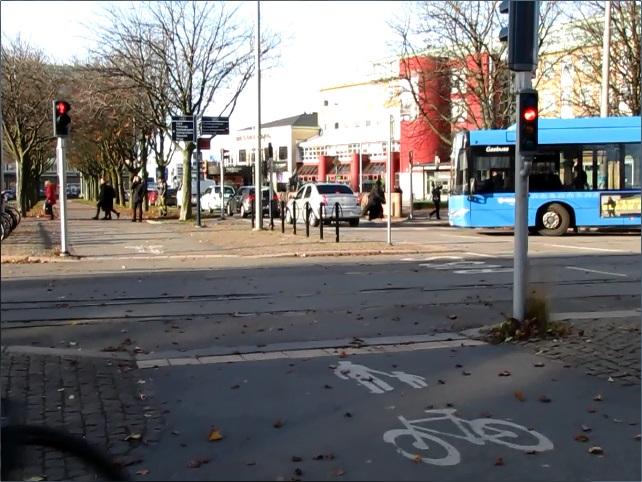 Järntorgets rödljustid - En buss svänger ut
