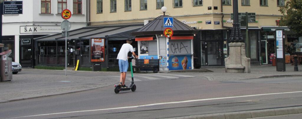 Elsparkcyklist kör vänstertrafik