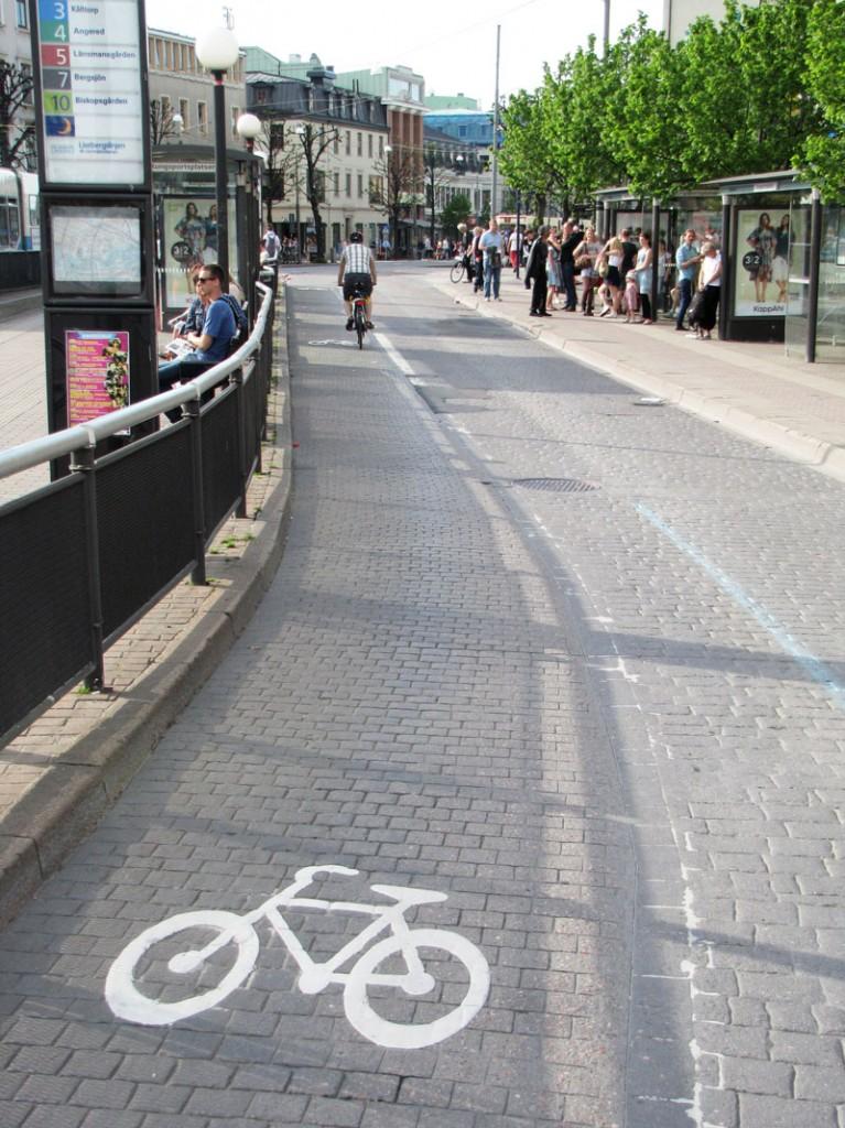 Tydlig cykelfil genom Kungsportsplatsen