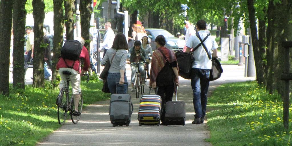 Gående i vägen på cykelbanan