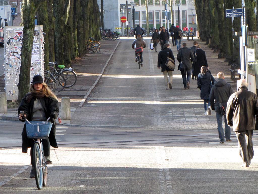 Cyklister och gående på Vasagatan