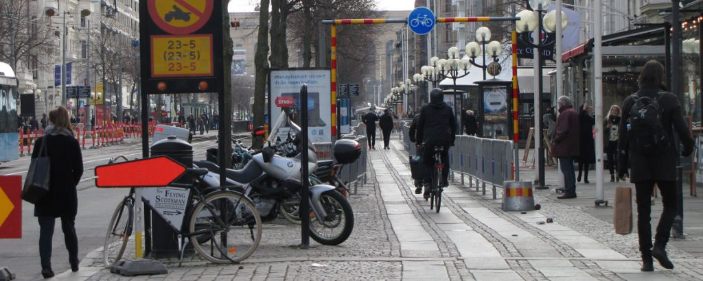 Omledning Avenyn-Valand, gående på cykelbanan
