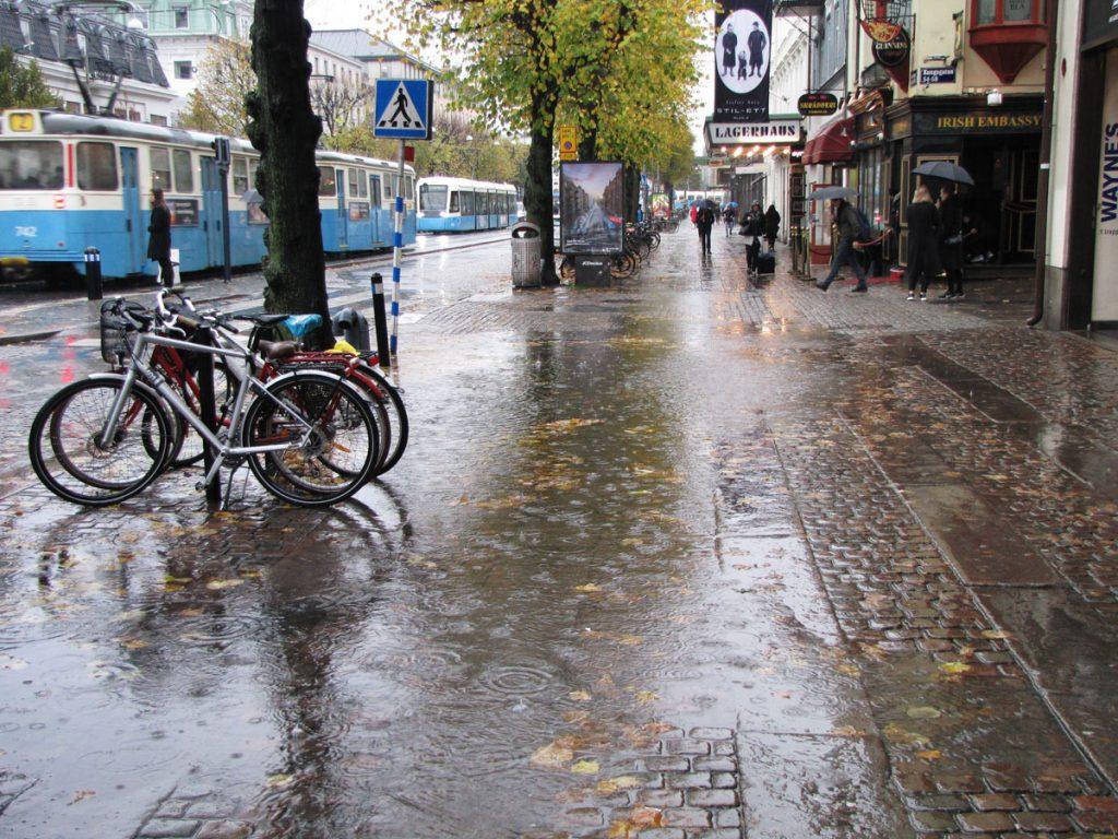 Stor pöl på trottoaren vid Östra Hamngatan 52