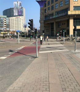 Röd cykelpassage och stenhällar för gående vid Burgårdsskolan