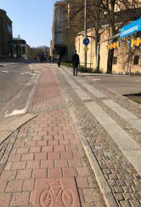 Röd cykelbana och stenhällar för gående vid Berzeliigatan