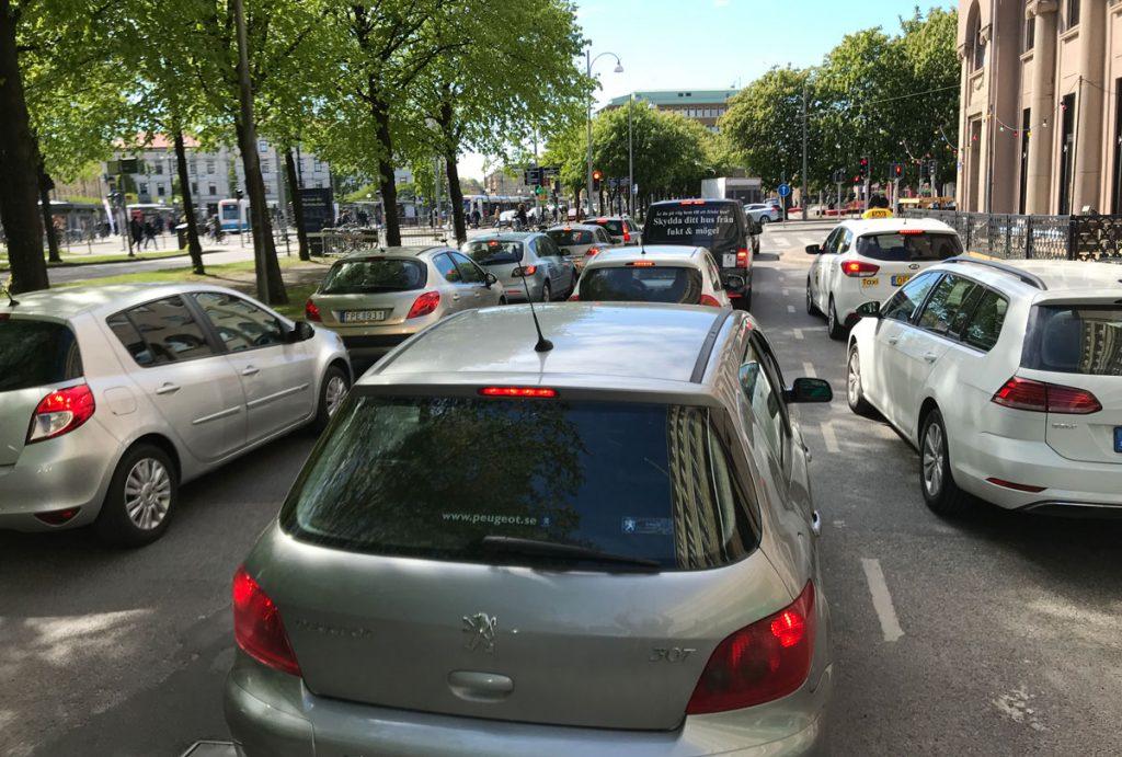 Många bilar på Norra Allegatan