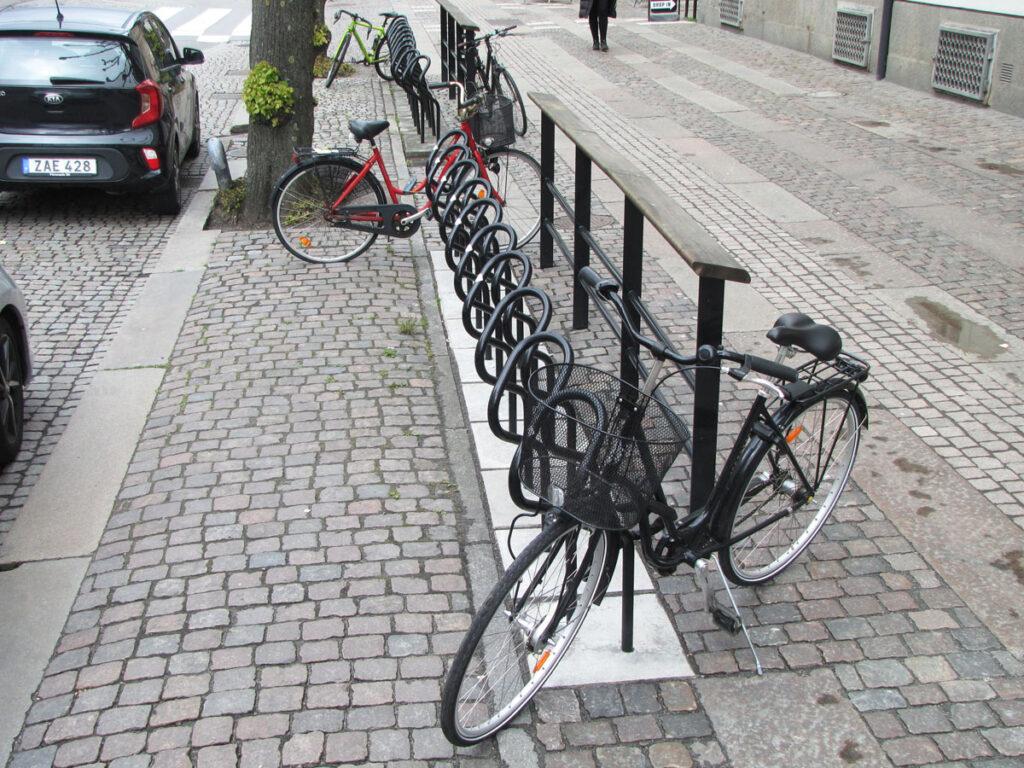 Alla cyklarna står utanför Publicus-byglarna