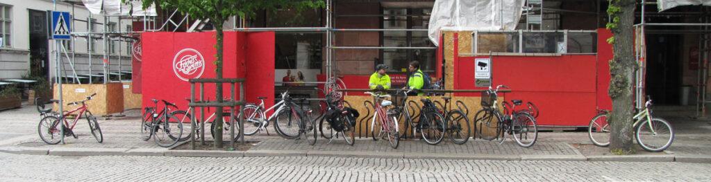 Flera cyklar står utanför Publicus-ställen