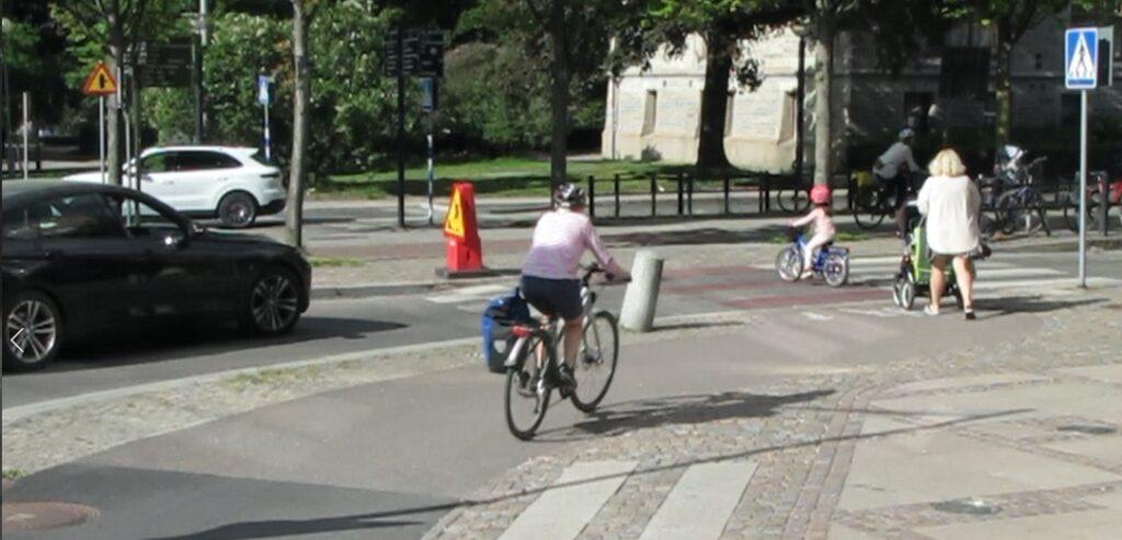 Liten flicka cyklar över Vasagatan