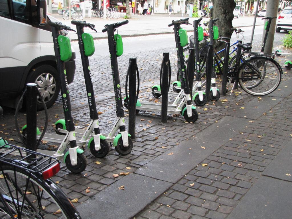 Elsparkcyklar blockerar cykelstolpar