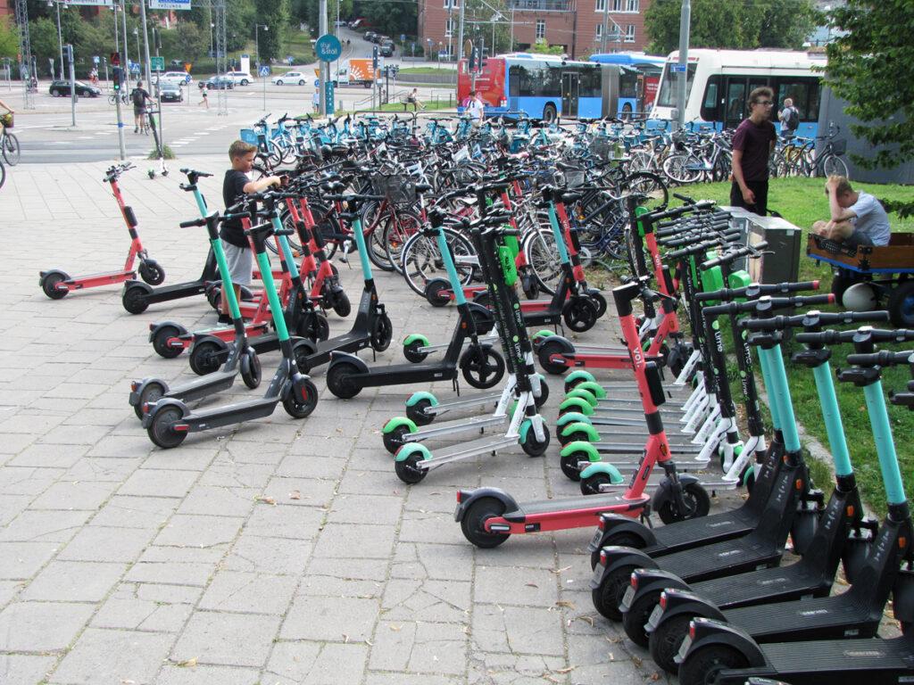 Snyggt parkerade elsparkcyklar vid Linnéplatsen